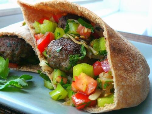 Pan de pita relleno de carne y verduras