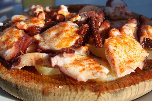 Pulpo a feira o a la gallega t pico espa ol for Cocinar pulpo