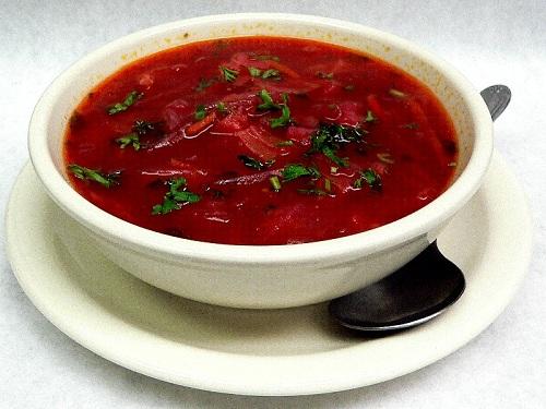Sopa de verduras Borscht, típica de Eslovenia