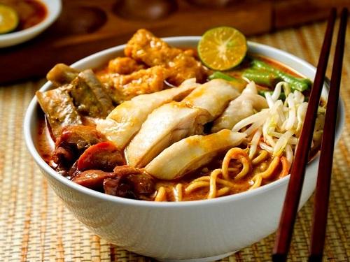 Sopa de fideos Laksa, hecha en Singapur